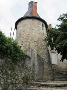 Tour à l'angle sud-est de l'enceinte du château d'Esvres-sur-Indre. Cliché Maer Taveira