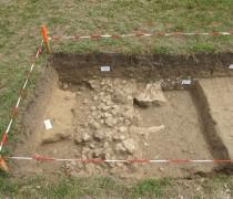 Sondage dans le périmètre du château d'Esvres-sur Indre : vestiges d'un mur. Cliché Maer Taveira.