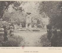 Vue de la fontaine de Volvic dans jardin du musée in Catalogue du musée départemental de Moulins, deuxième partie, Moulins, 1896.